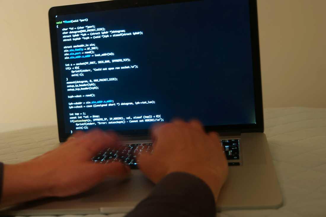 Riksdagens justitieutskott vill att riksdagen säger ja till regeringens förslag om att tillåta polisen att använda hemlig dataavläsning, till exempel att ta sig in i brottsmisstänktas datorer, vid grova brott.