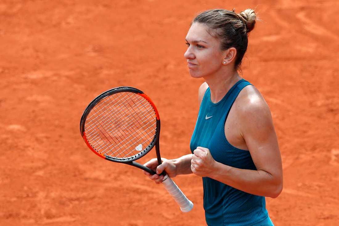Rumänska världsettan Simona Halep knyter näven i mötet med Elise Mertens, Belgien, i Franska mästerskapen.