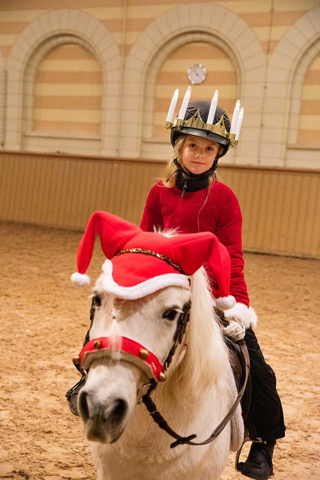 Även den vita ponnyn som prinsessan Estelle rider har fått en egen tomteluva.