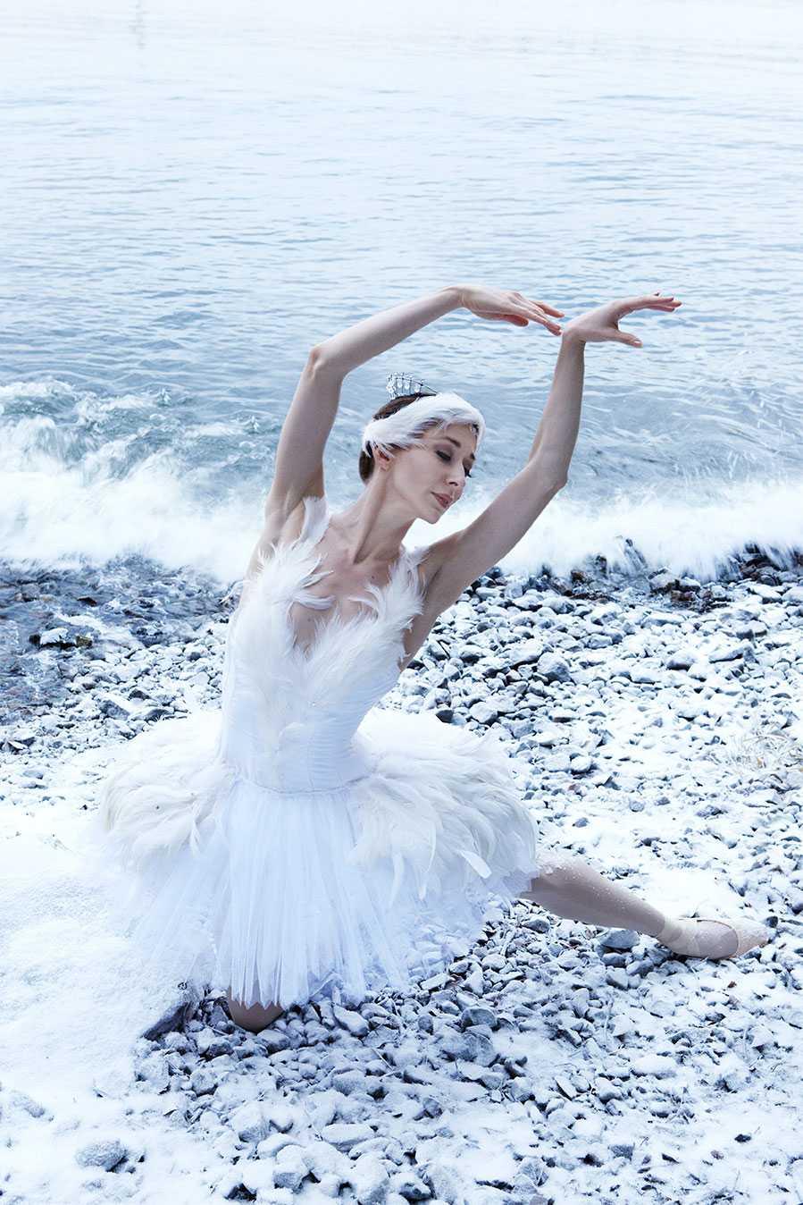 """Januari: Nadja Sellrup, balettdansös. """"Hon ville gömma sig men något fick henne att dansa. Hon snubblade och glömde stegen. Men hon dansade. Larven blev en fjäril och under den vita svanens svanhamn finns den svarta. Inte längre tyngdlös, foglig, tyst, underkastad. Utan med egna begär."""""""