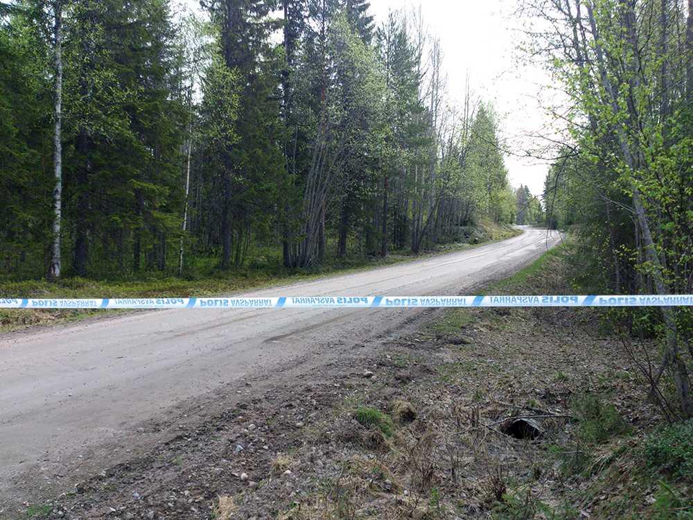 Polisen spärrade av runt ett större område kring platsen där fyndet gjorts.
