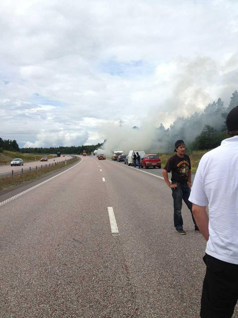 En brinnande buss orsakade långa köer på E4.