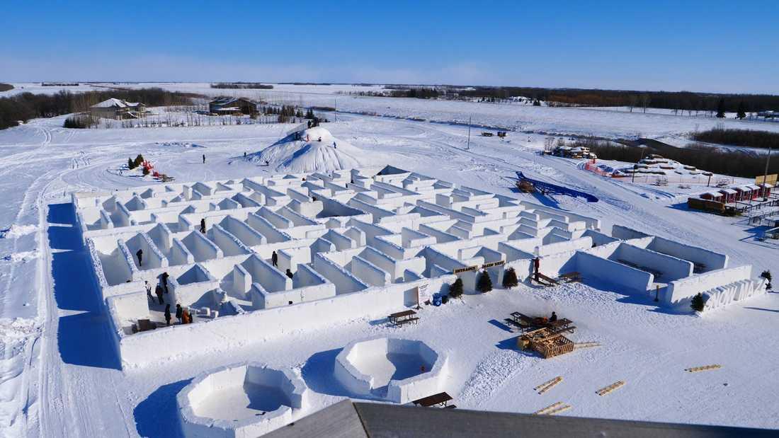 Människor letar sig runt världens största snölabyrint i kanadensiska St. Adolphe.