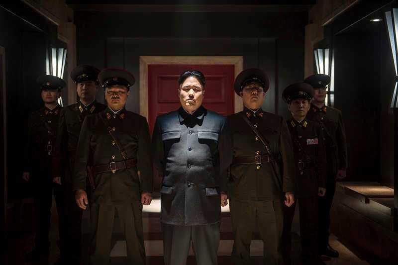 Randall Park som Nordkoreas diktator Kim Jong-un (i mitten).