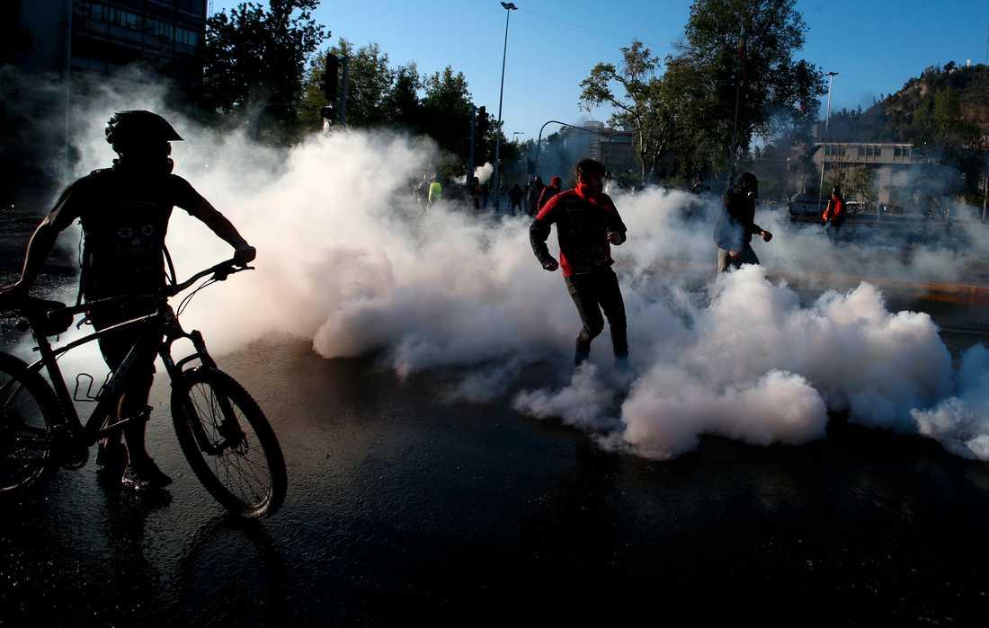 Polis använde tårgas mot demonstranter vid folkomröstningen i Chile.