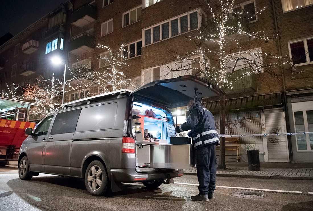 Polisens kriminaltekniker på plats tidligt på tisdagsmorgonen för att undersöka platsen för explosionen i centrala Helsingborg.