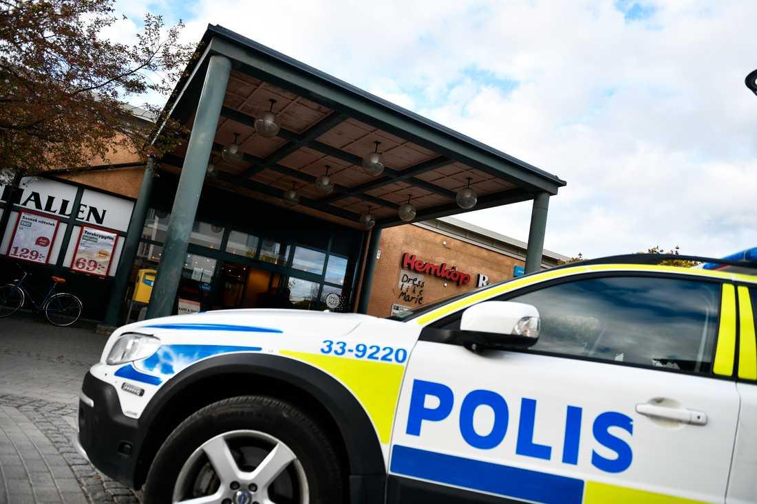 Mannen försökte knivråna en butik i Rotebro.