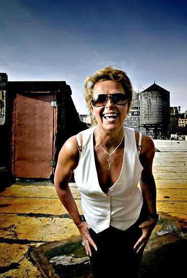 GRÄVER GULD I USA Efva Attling har haft stora framgångar med sina smycken. Nu ska hon börja sälja glasögon på världens tuffaste marknad - USA.