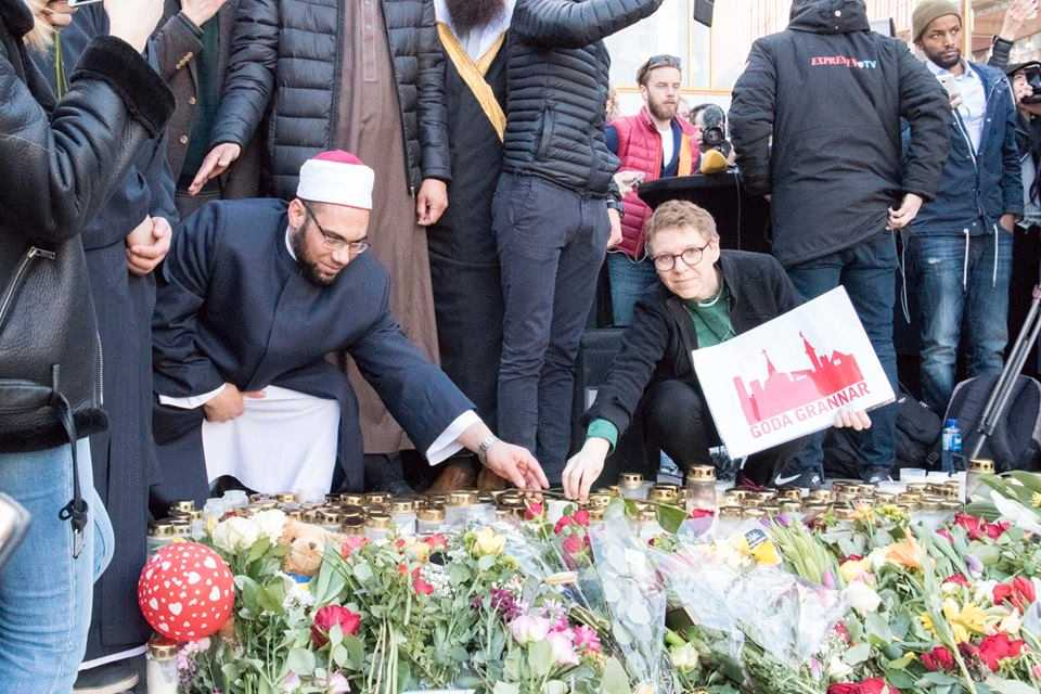 Khaled Adeeb, imam vid Stockholms moské, och Kikki Högdahl, diakon vid Katarina kyrka, hedrar offrem tillsammans.