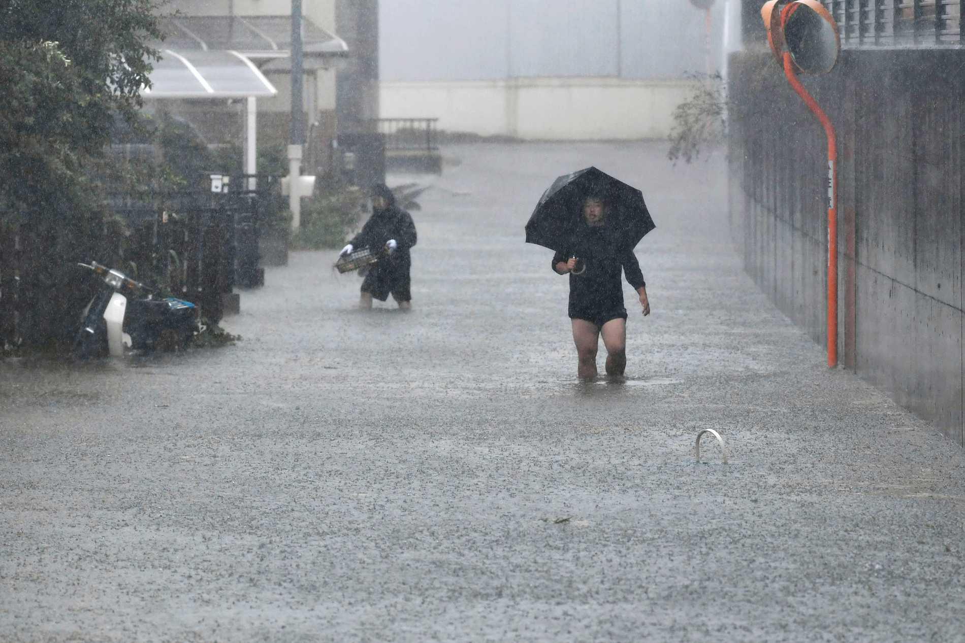 En översvämmad gata i centrala Japan under lördagen.