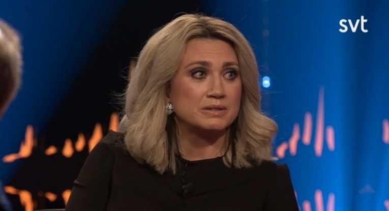 Camilla Läckberg reagerar starkt när Skavlan tar upp pappans död.