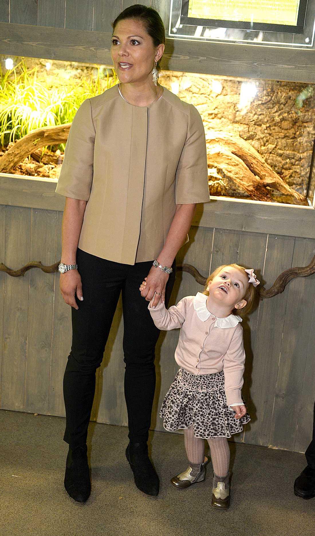Victoria och dottern Estelle på Skansenakvariet. Victoria är fin i nudefärgad topp, jeans och svarta byxor.