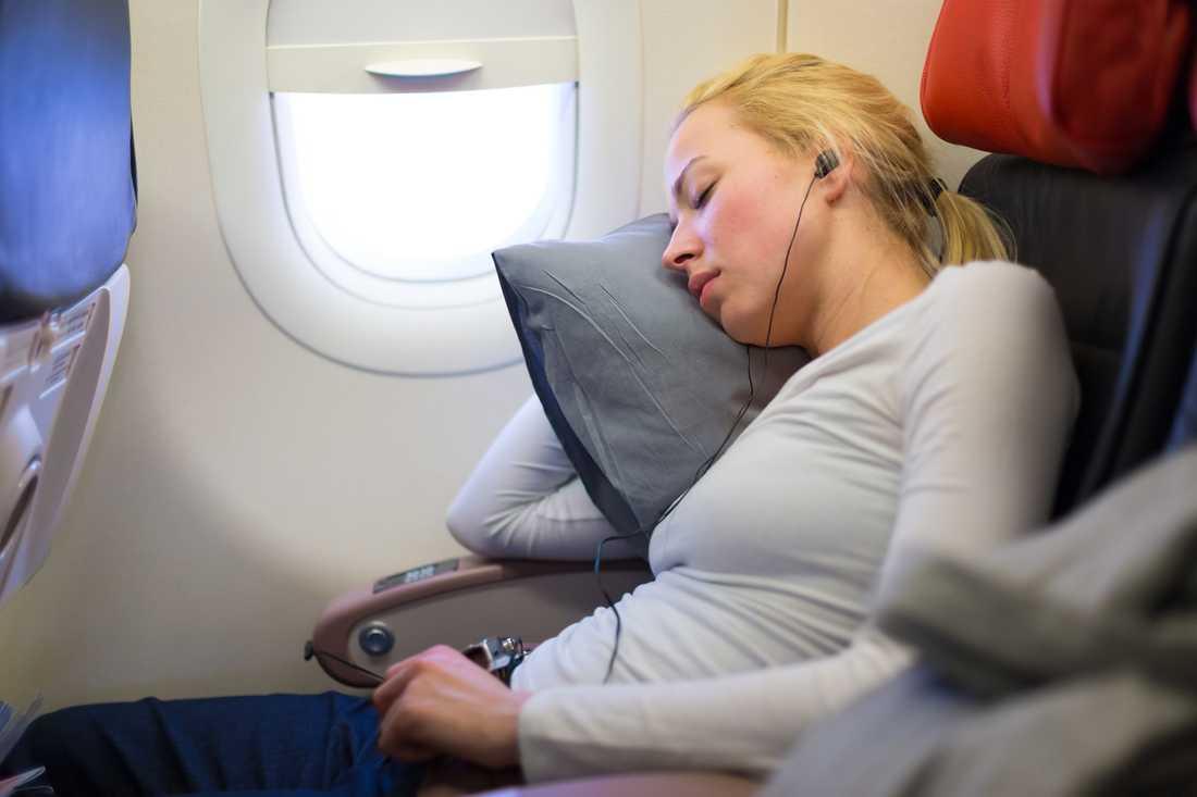 Platserna längre fram i planet är tystast, hävdar en pilot. Personen på bilden har inget med artikeln att göra.
