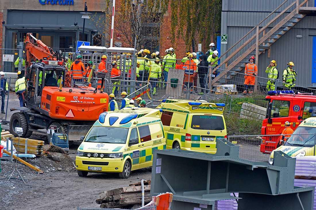 Två byggarbetare dog på Värtaverket i Stockholm i november förra året när en vägg rasade. Dagens debattörer presenterar en strategi för att våra arbetsplatser ska bli säkrare.