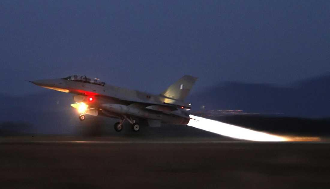 Rebellerna skickade upp två F16 som låste radarsiktet på presidents plan, enligt uppgifter till Reuters. Bilden är tagen vid ett annat tillfälle.