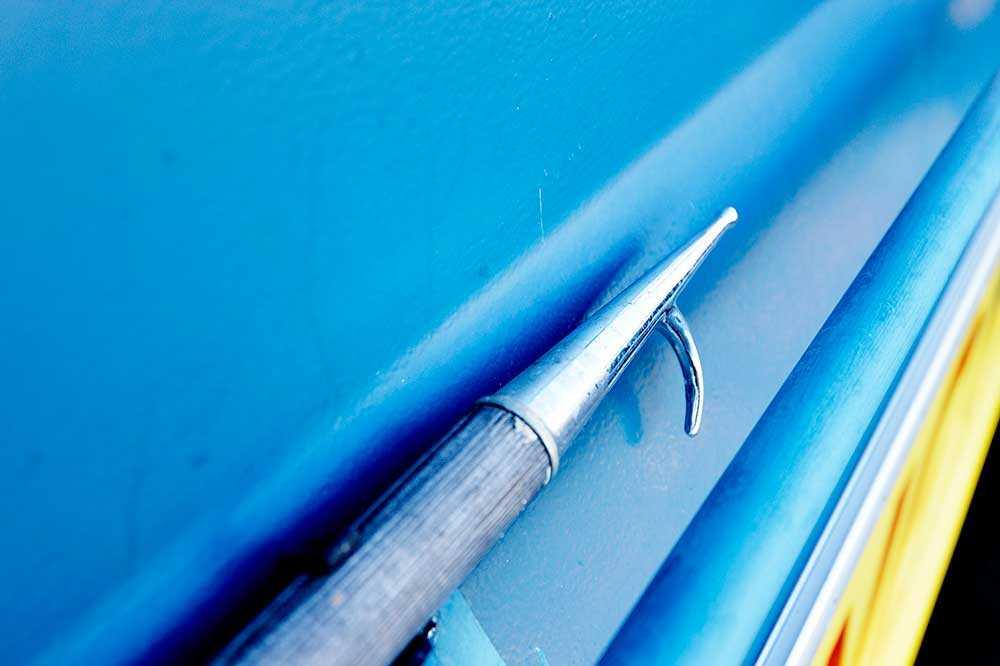 Båtshaken kan användas som en förlängd arm då människor ska räddas.
