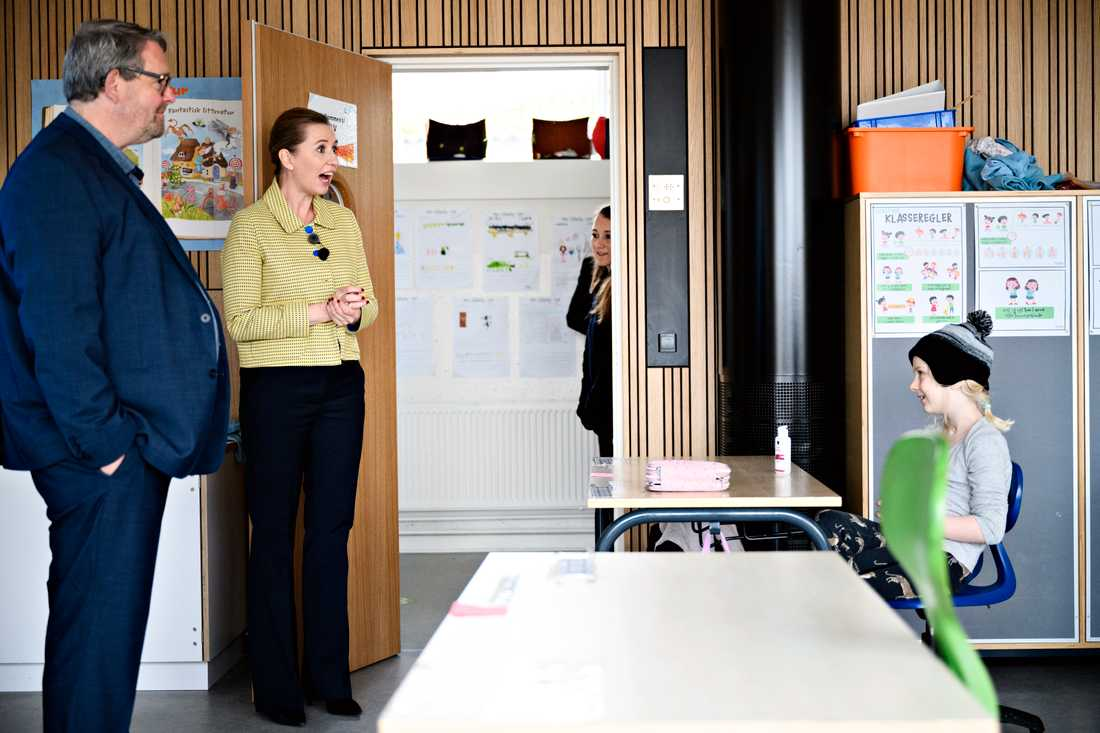 Statsminister Mette Frederiksen försöker öppna Danmark igen. Här besöker hon Lykkeboskolan i Valby i samband med skolors återöppnande häromdagen.