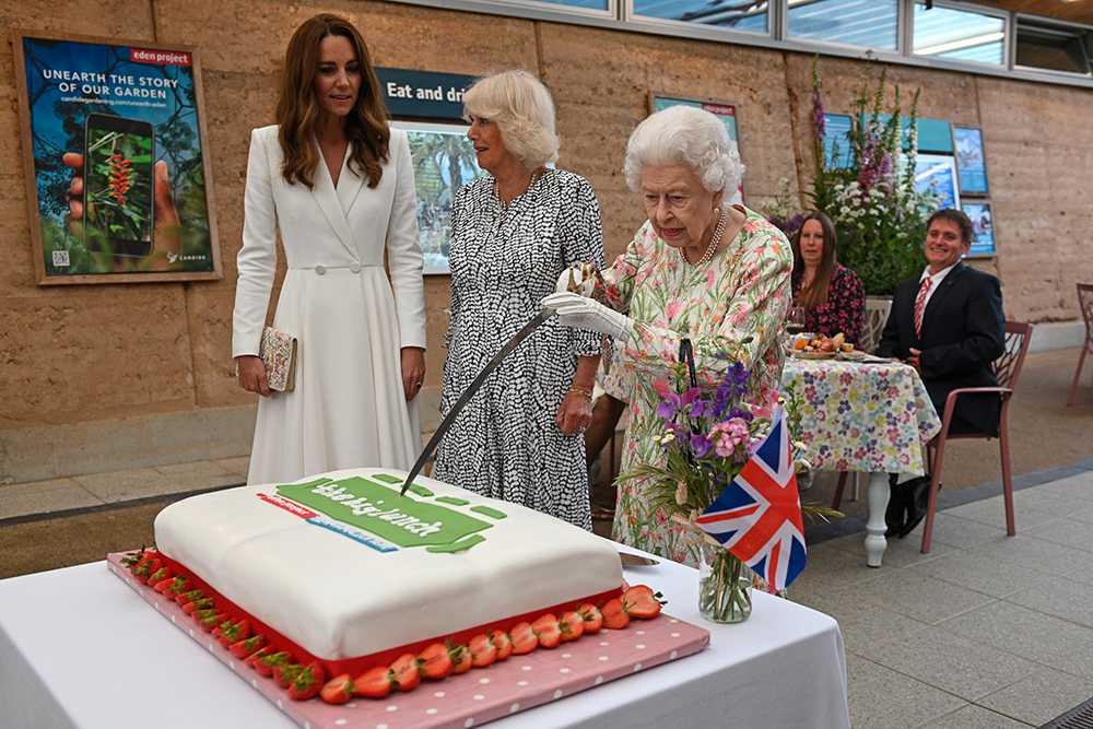 Drottning Elizabeth ratade tårtspaden och skar upp tårtan med en sabel istället.