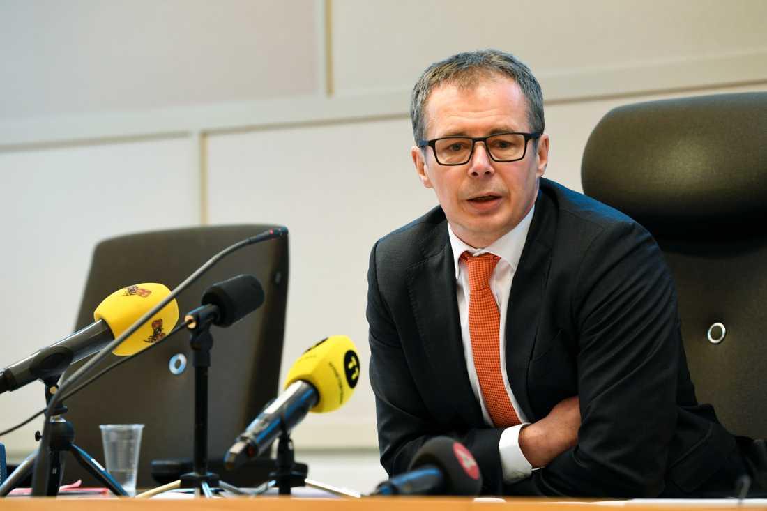 Patrik Alm, chefsrådman, förklarar domen under en pressträff i Solna tingsrätt.