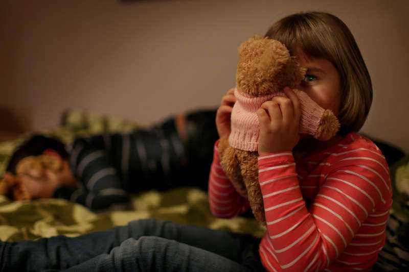 """Tillsammans Natalie, 5, håller nallen """"Gäddis"""". Hennes storasyskan kommer inte utvisas, trots allt.  I sängen ligger storebror Lukas, 8, som Migrationsverket ville utvisa tillsammans med mamman som vanvårdat barnen."""