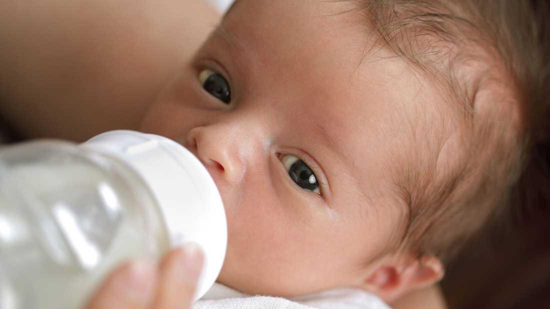Ibland kan flaskmatning vara en lösning, men det är viktigt att komma ihåg att det kan påverka amningen.