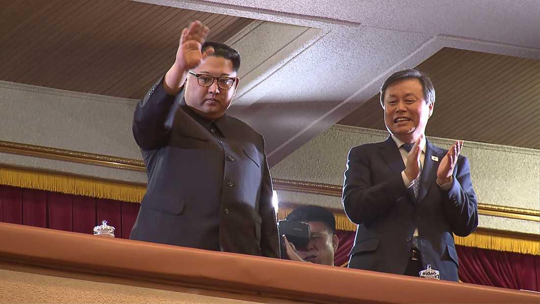 Nordkoreanska ledaren Kim Jong-un tillsammans med Sydkoreas kultur- sport och turism-minister Do Jong-whan under den ovanliga konserten.