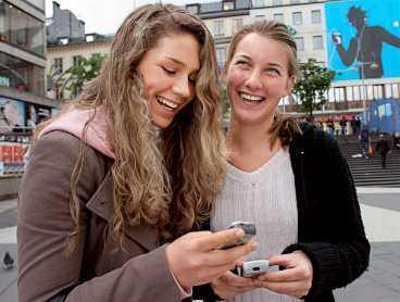 """Gallrar bland kontakterna Bästa kompisarna Emelie Wallin och Mikaela Jigvall, båda 16, skulle inte klara sig utan mobiltelefoner. Visserligen gallrar de ut en del i kontaktlistan, men det ska mycket till för att de ska radera varandras telefonnummer. """"Det skulle bara ske om någon av oss gjorde den andra mycket besviken""""."""