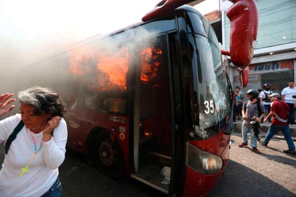 Fordon har satts i brand och tårgas avfyrats under oroligheterna vid gränsen.