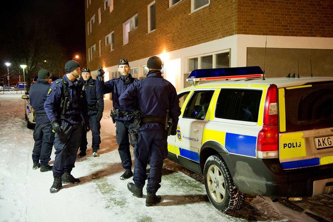 Polisen vid platsen där mannen hittades svårt skadad.