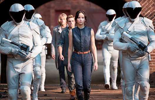 """Ur filmatiseringen av """"Hungerspelen"""". En av berättelserna för unga som bidragit till den ökande bokförsäljningen i USA."""