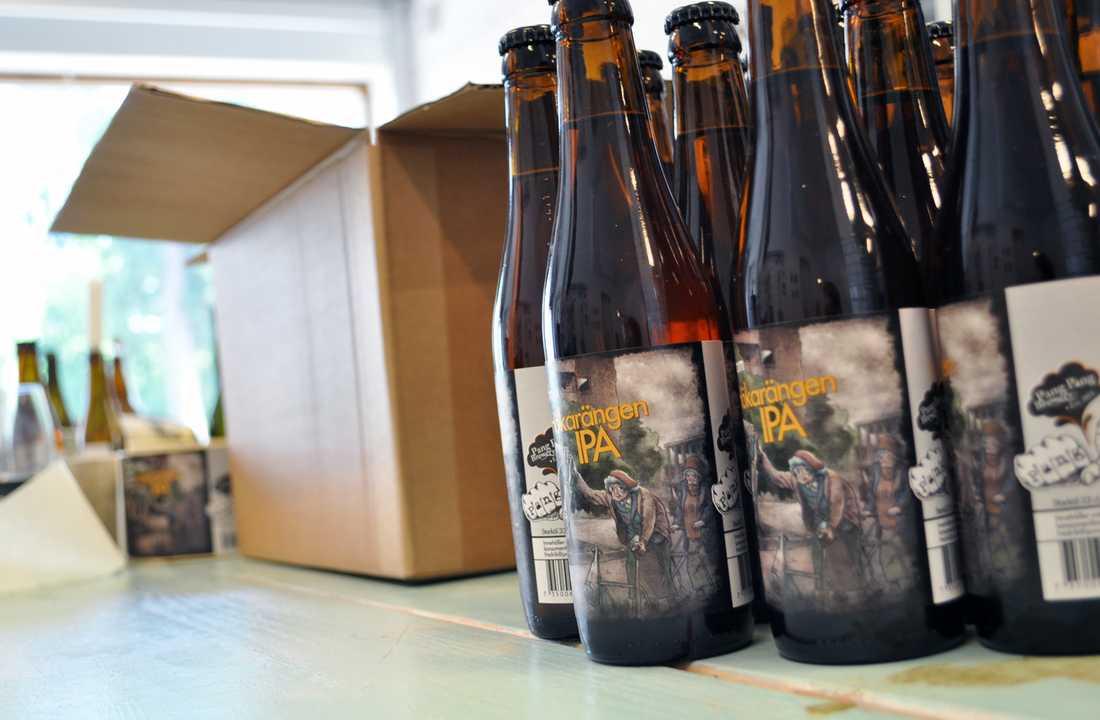 """Egen stil Pang Pangs etiketter påminner mer stilen i en serieroman än schablonartade vapen- och stadssköldar. Att de inte ser ut som typiska öletiketter har kanske legat dem i fatet, menar Fredrik. """"Folk kanske tror att det är ett stort bryggeri som ligger bakom, som bara bryr sig om att göra en öl som ser cool och kaxig ut. Men det är ju bara jag""""."""