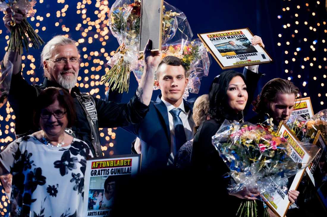 Applåderna ville aldrig ta slut när Mattias och de andra hjältarna kom ut på scenen tillsammans.