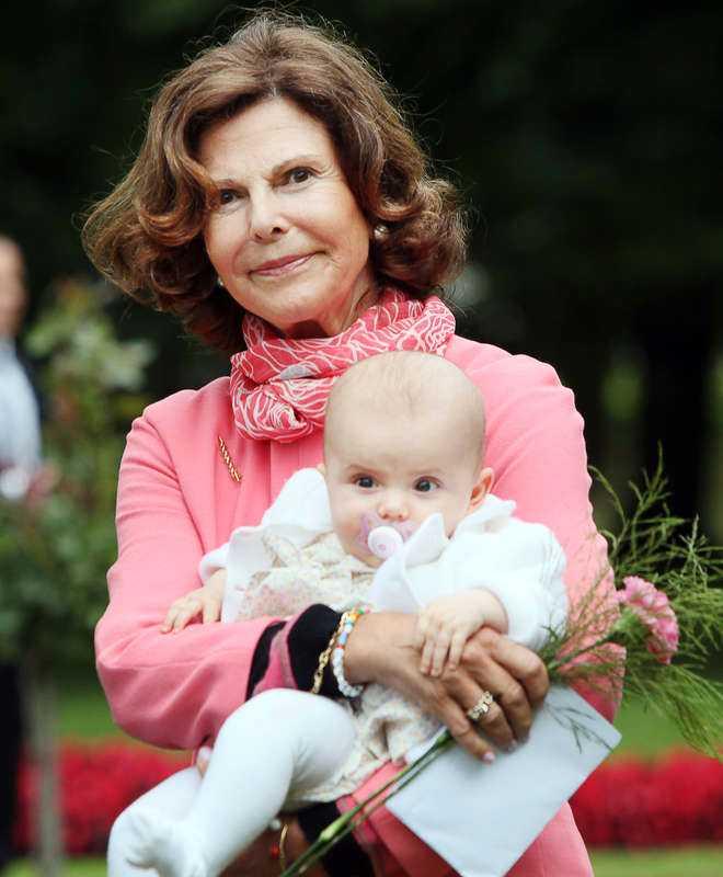 """SATTE SIG PÅ HUK Drottning Silvia gav Hans Brevik en kram och bad honom att tänka på alla minnen av hans pappa. """"Vi pratade om känslor och vad man ska plocka fram"""", säger Hans."""