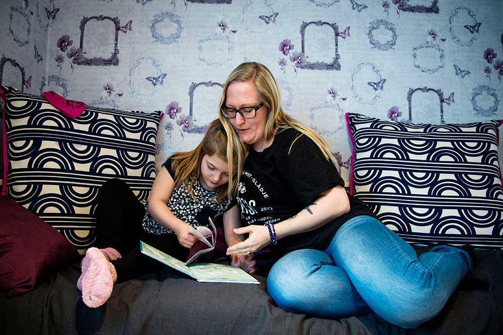 Saga blev bara sex år. här med mamma Camilla.