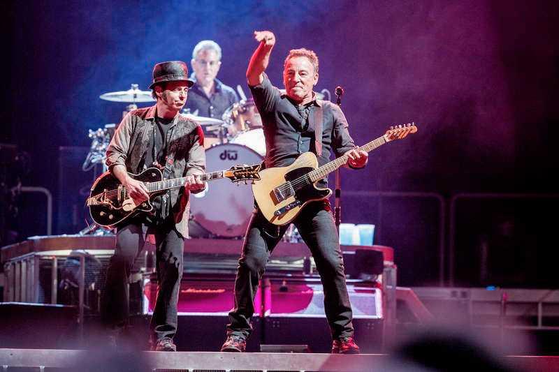Nils Lofgren, Springsteen och resten av E Street Band får det att svänga som en tornado.
