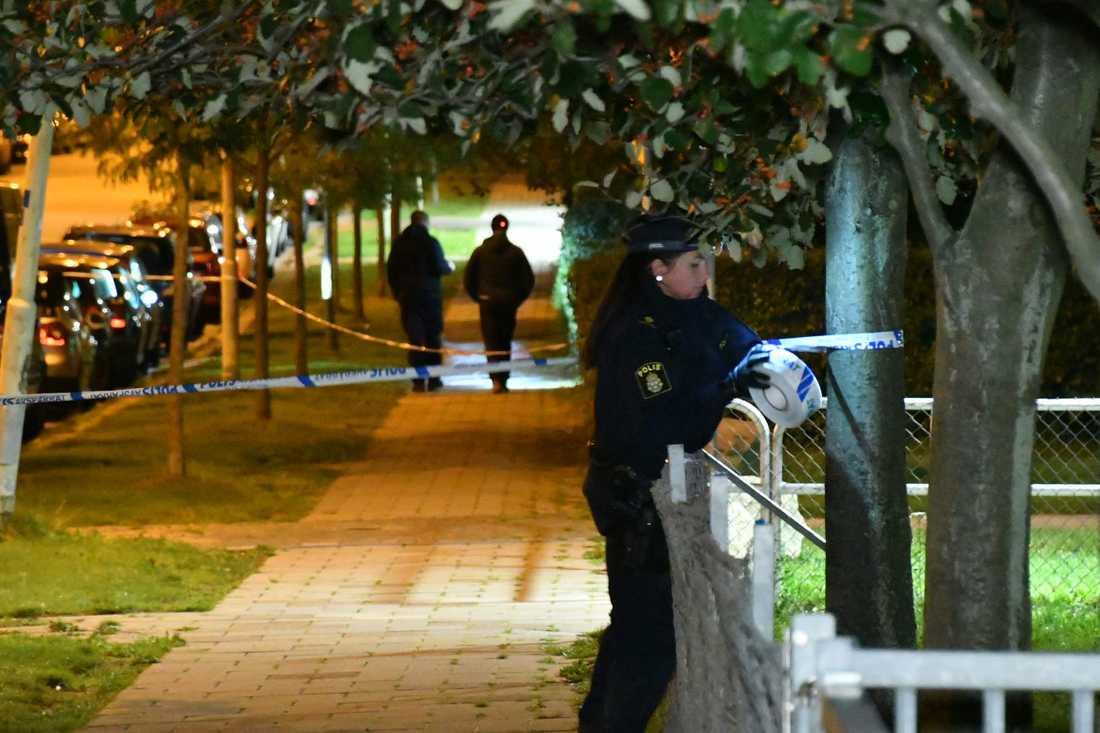 Polisen spärrar av Ramels Väg efter rånet.