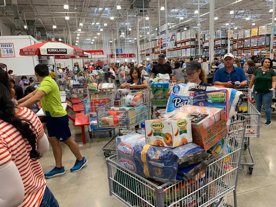 Människor köar i en butik i Davie i Florida på torsdagen för att bunkra upp förråd inför orkanen Dorians ankomst.