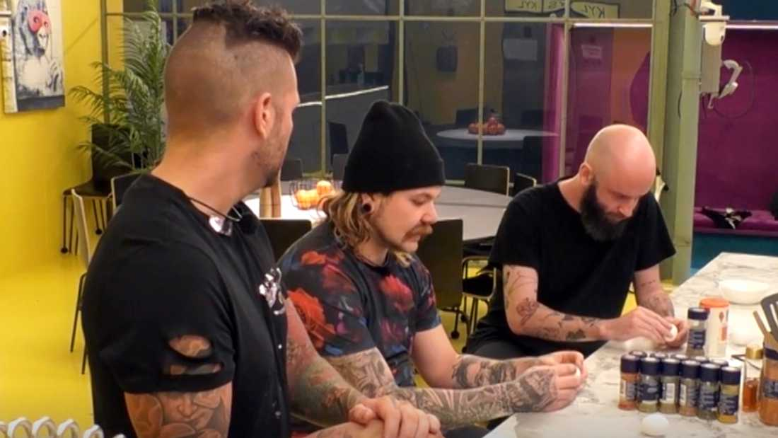 Sami (i mitten) blir irriterad när han skalar ägg i köket.