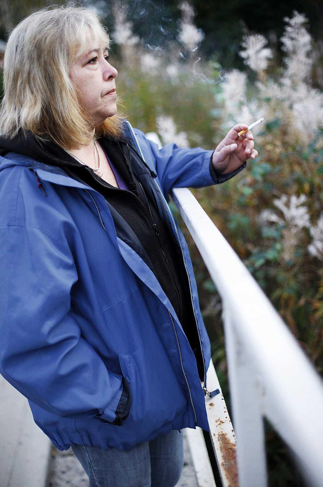 GÅR MED VÄRK Ann Linderholt får inte operera sina onda knän på grund av att hon röker.