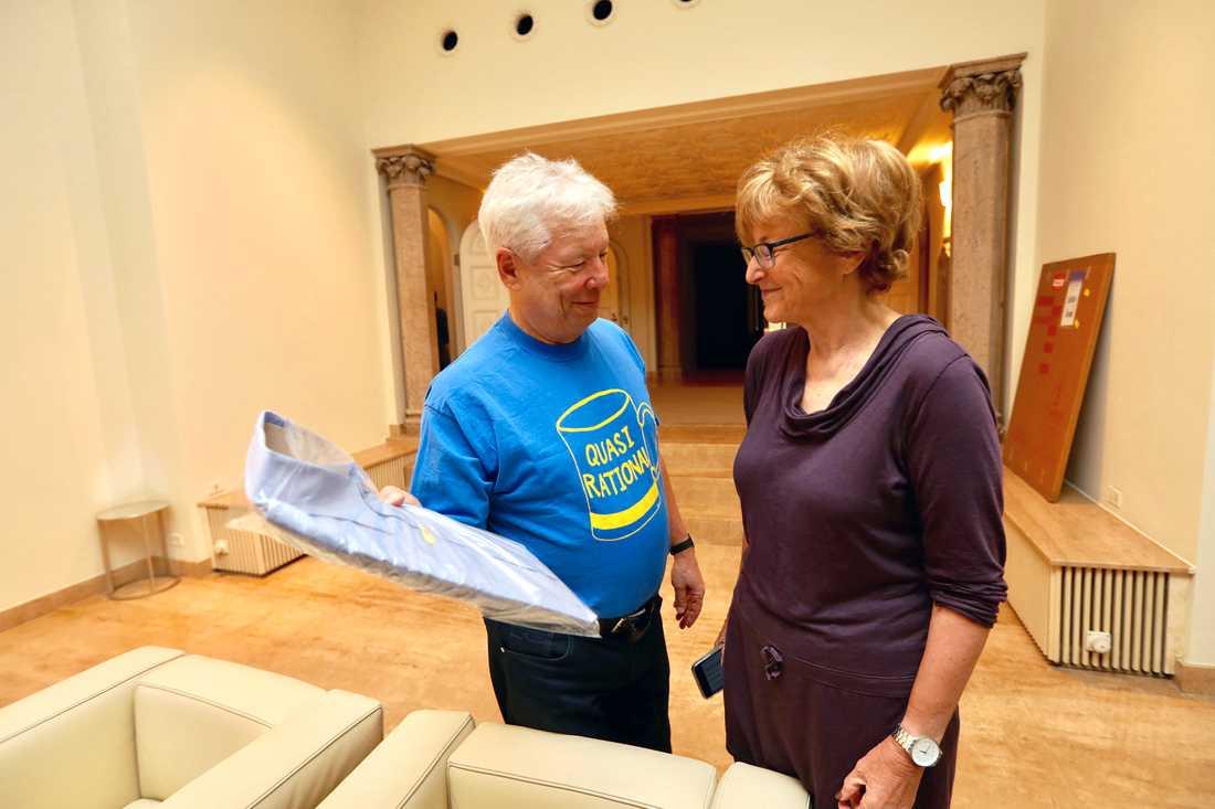 Richard Thaler consults konsulterar sin fru France Leclerc om skjortan han ska ha på sig vid intervjuerna efter att priset tillkännagivits.