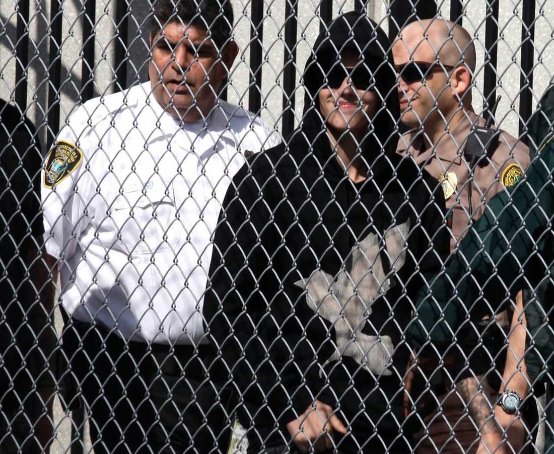 Bieber ler lite stelt när han släpps ur fängelset.