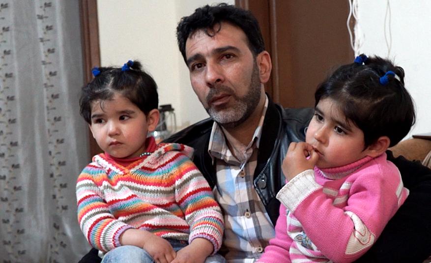 Pappa Abu Abdulrazzaq Osama Hamsh tillsammans med döttrarna Jana, 4 år och Hala, 3 år.