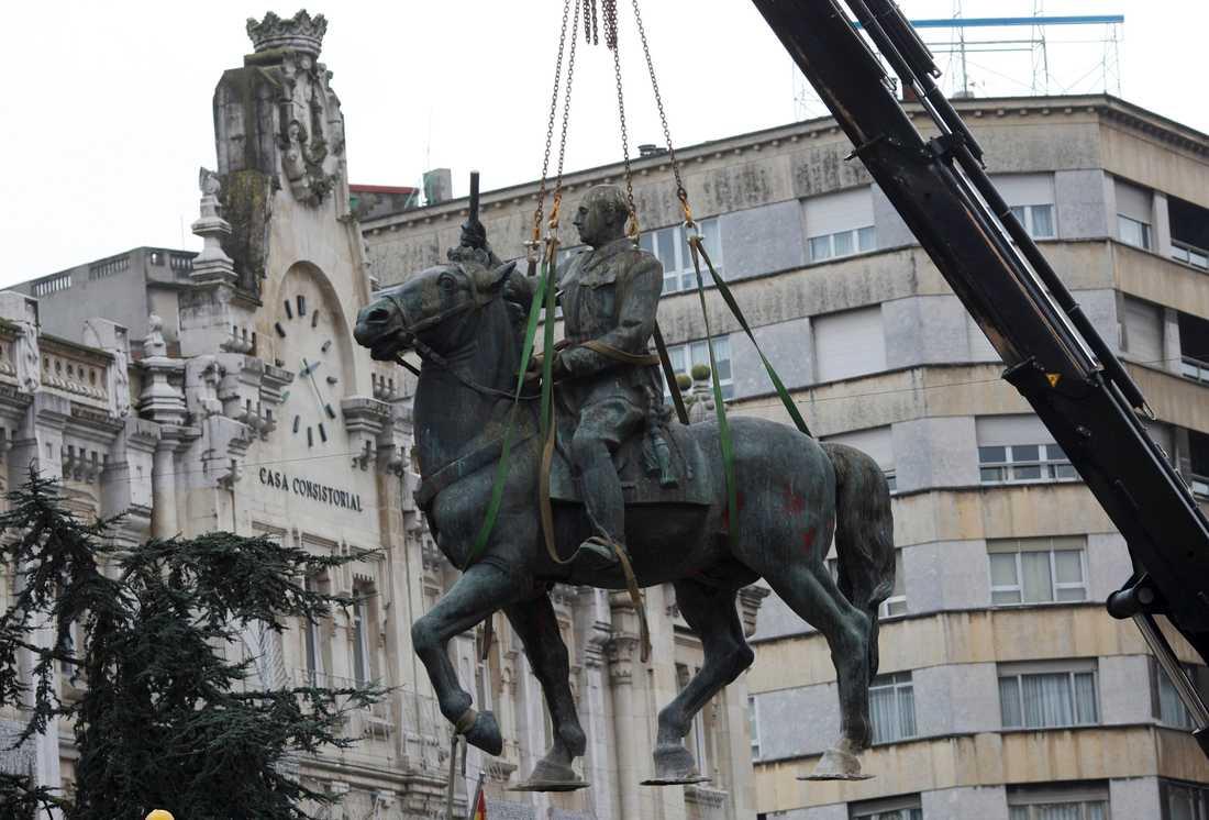 En av de sista statyerna av Spaniens diktator Francisco Franco togs bort i staden Santander 2008. Men hans namn lever än i dag kvar i namn på gator och orter. Arkivbild.