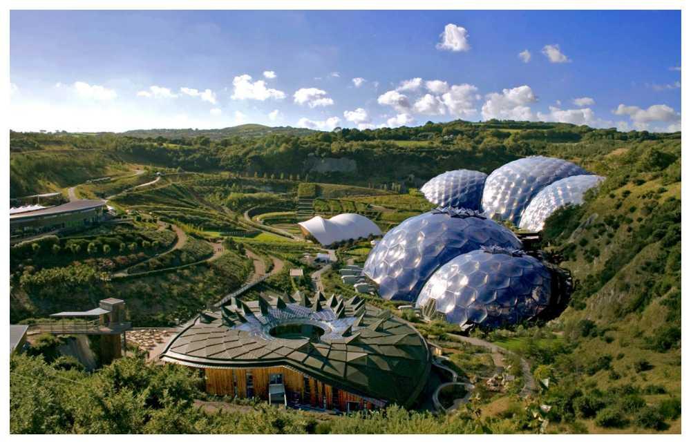 Ett övergivet lerbrott i Cornwall har förvandlats till ett lummigt grönt paradis som drar över en miljon besökare varje år.