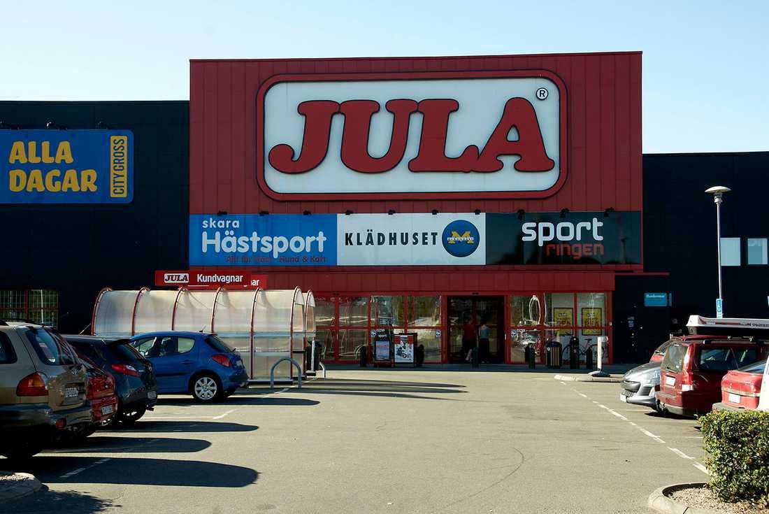 Militären attackerades vid Jula i Skara.
