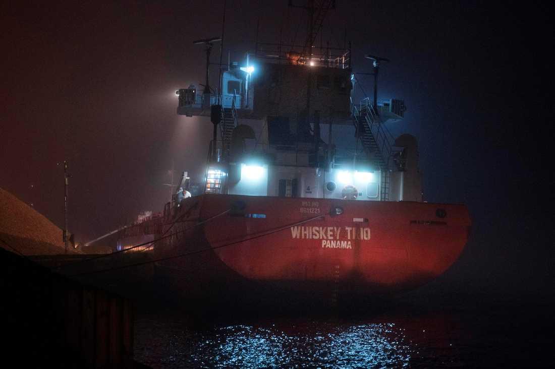 Det slitna fartyget Whisky Trio i hamn i Varberg.