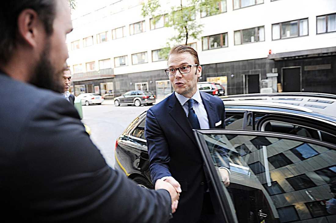 PRINSEN: VI ÄR GLADA FÖRSTÅS Aftonbladets Mattias Sandberg träffade i går den blivande pappan utanför gymmet Master Training i centrala Stockholm.