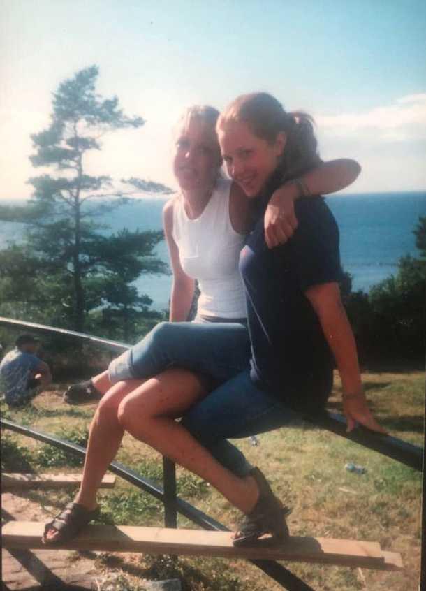Vännerna Emma och Jenny tillsammans sommaren 1999, då brevet skrevs.