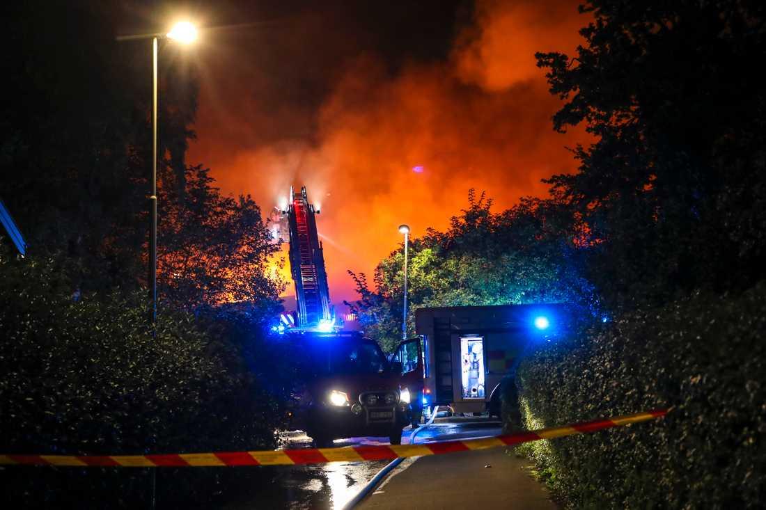 Slottsskogshallen i Göteborg blev totalförstörd i en brand som bröt ut vid 18-tiden på söndagskvällen.