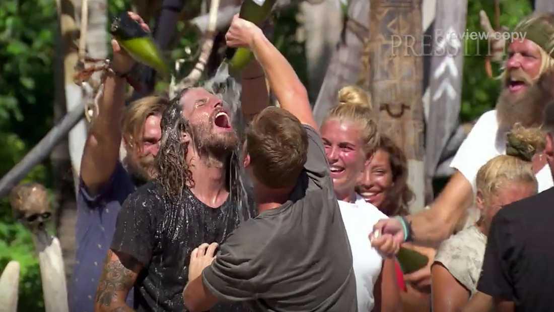 Segerfesten inleds med att Klas Beyer får bada i bubbel.